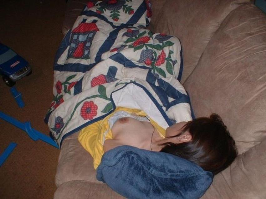 【夜這い盗撮エロ画像】身内や知り合い女子の寝室に夜這いしてパジャマをめくって隠し撮り!ww寝てる隙に乳首や陰毛を撮影した夜這い盗撮のエロ画像集!ww【80枚】 75