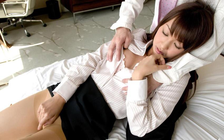 【スーツOLエロ画像】美人OLがお昼休みや外回り中にスーツのまま枕営業セックスしているスーツOLのエロ画像集!【80枚】