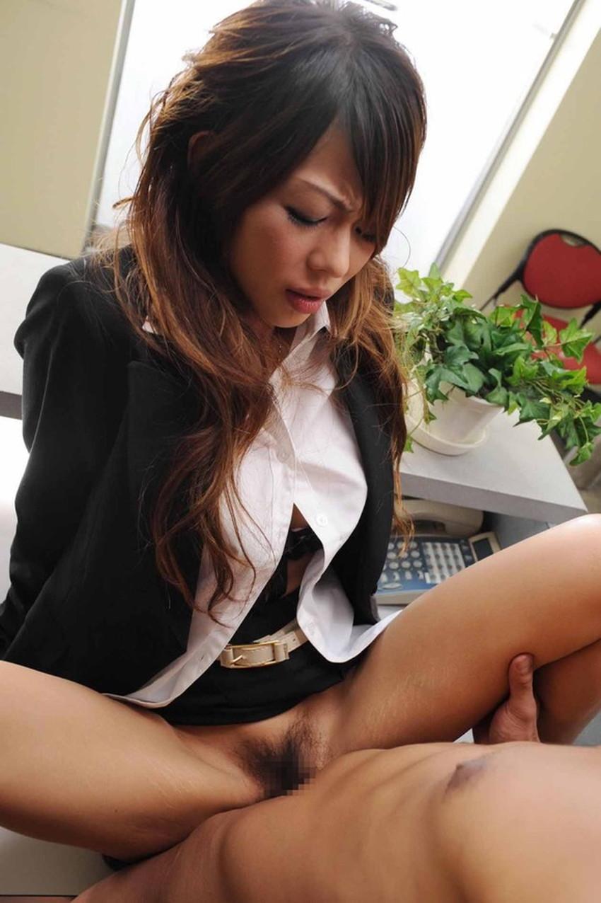 【スーツOLエロ画像】美人OLがお昼休みや外回り中にスーツのまま枕営業セックスしているスーツOLのエロ画像集!【80枚】 43