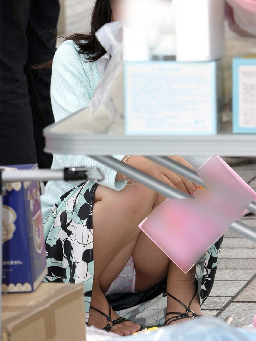 【素人パンチラエロ画像】素人JDやOL、若妻の無防備なパンチラに遭遇したい!知らない女子の無防備な下着をバッチリ盗撮した素人パンチラのエロ画像集!ww【80枚】 47