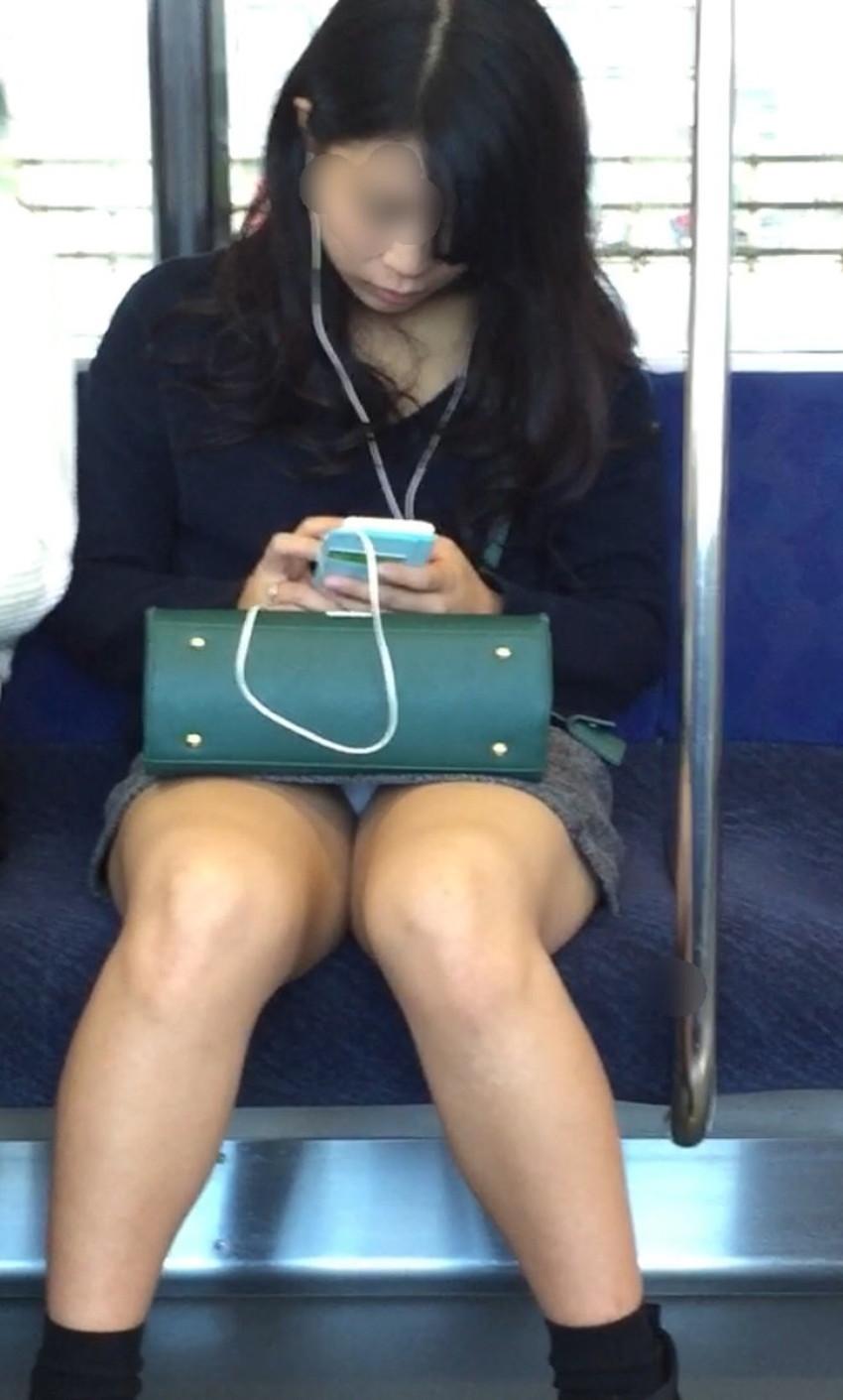 【電車内パンチラエロ画像】辛い満員電車の中のオアシス電車内パンチラ!スーツOLや制服JKのデルタゾーンからパンティー見えてる電車内パンチラのエロ画像集!【80枚】 19