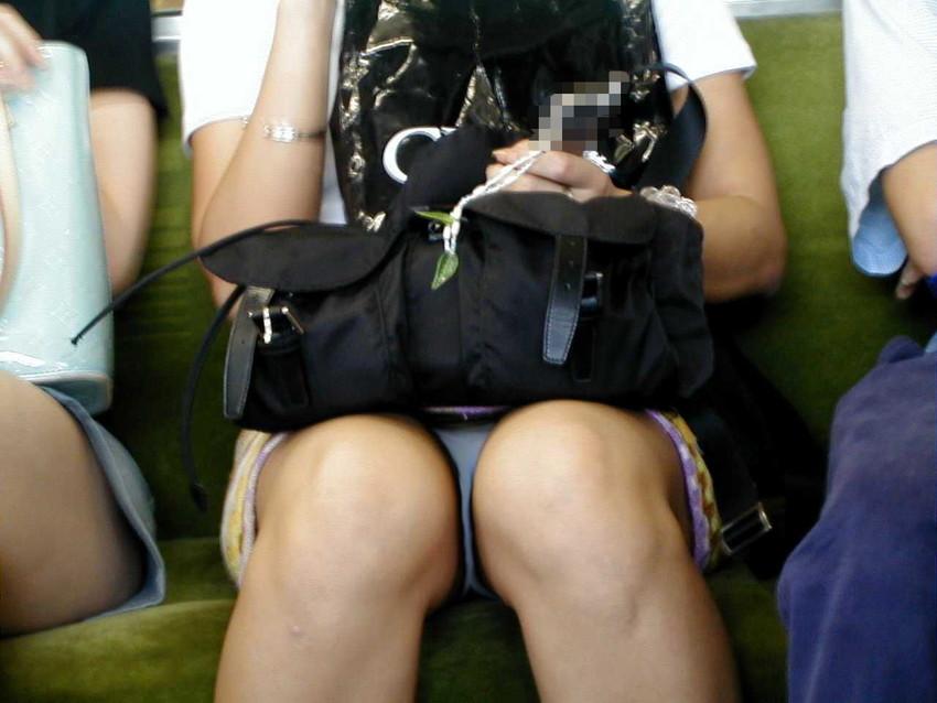 【電車内パンチラエロ画像】辛い満員電車の中のオアシス電車内パンチラ!スーツOLや制服JKのデルタゾーンからパンティー見えてる電車内パンチラのエロ画像集!【80枚】 28