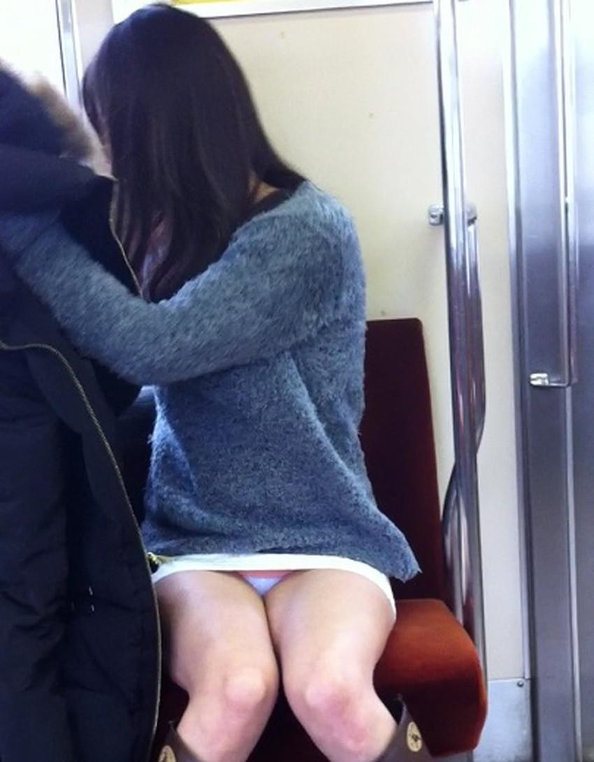 【電車内パンチラエロ画像】辛い満員電車の中のオアシス電車内パンチラ!スーツOLや制服JKのデルタゾーンからパンティー見えてる電車内パンチラのエロ画像集!【80枚】 33