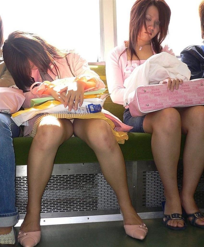 【電車内パンチラエロ画像】辛い満員電車の中のオアシス電車内パンチラ!スーツOLや制服JKのデルタゾーンからパンティー見えてる電車内パンチラのエロ画像集!【80枚】 37
