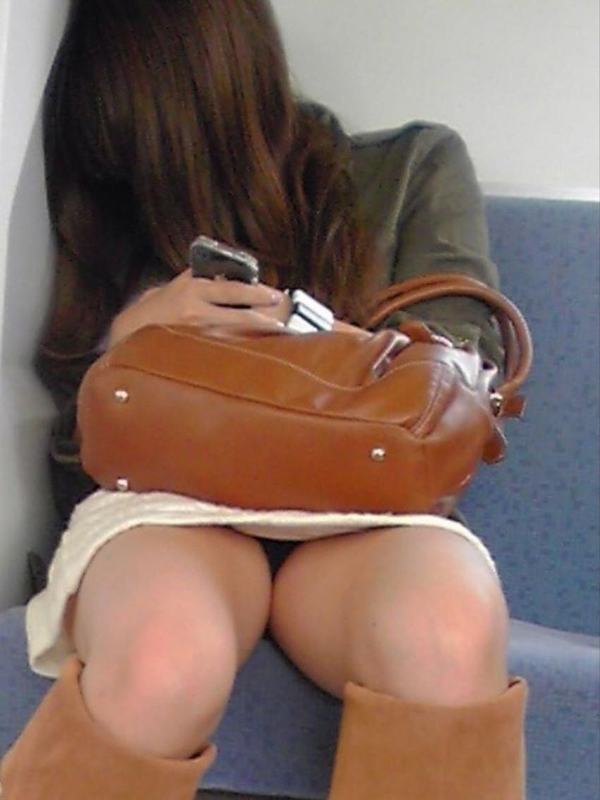 【電車内パンチラエロ画像】辛い満員電車の中のオアシス電車内パンチラ!スーツOLや制服JKのデルタゾーンからパンティー見えてる電車内パンチラのエロ画像集!【80枚】 43