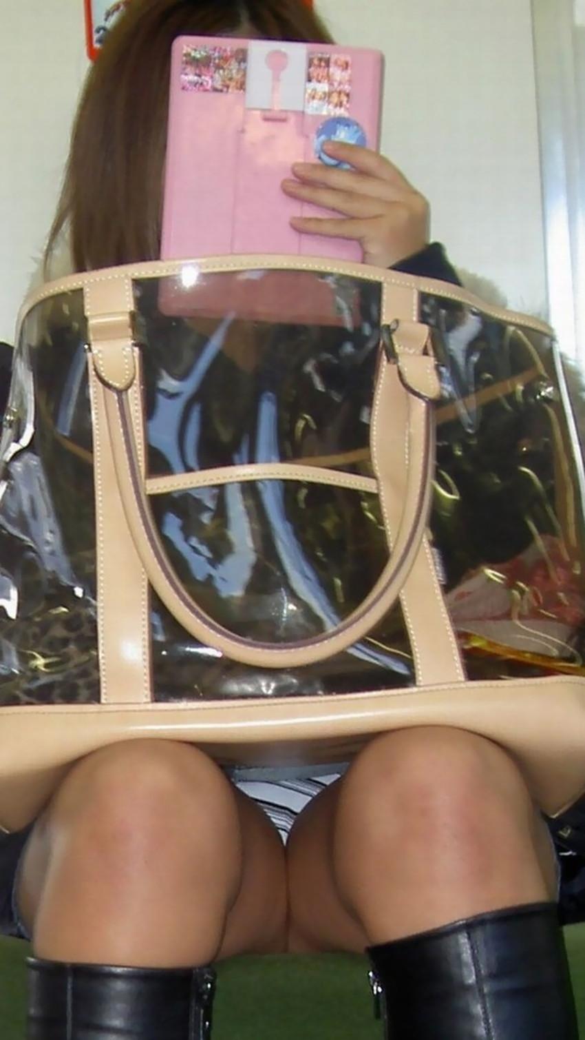 【電車内パンチラエロ画像】辛い満員電車の中のオアシス電車内パンチラ!スーツOLや制服JKのデルタゾーンからパンティー見えてる電車内パンチラのエロ画像集!【80枚】 44