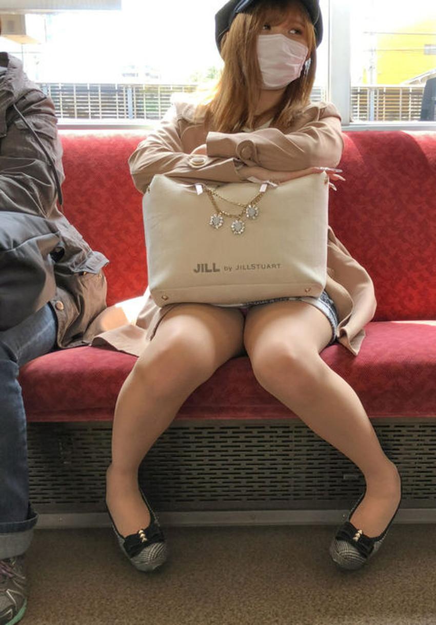 【電車内パンチラエロ画像】辛い満員電車の中のオアシス電車内パンチラ!スーツOLや制服JKのデルタゾーンからパンティー見えてる電車内パンチラのエロ画像集!【80枚】 53