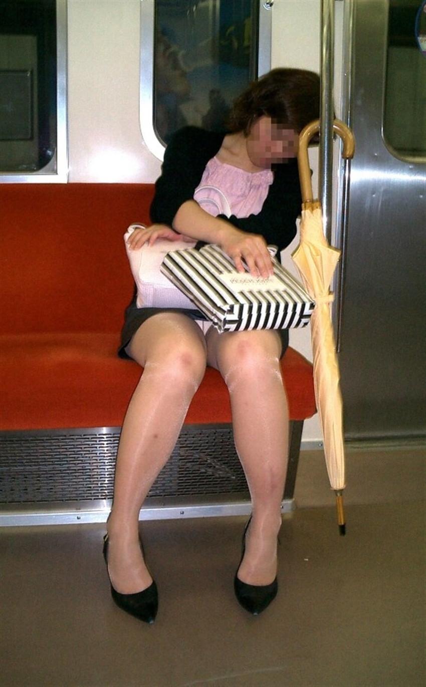 【電車内パンチラエロ画像】辛い満員電車の中のオアシス電車内パンチラ!スーツOLや制服JKのデルタゾーンからパンティー見えてる電車内パンチラのエロ画像集!【80枚】 63