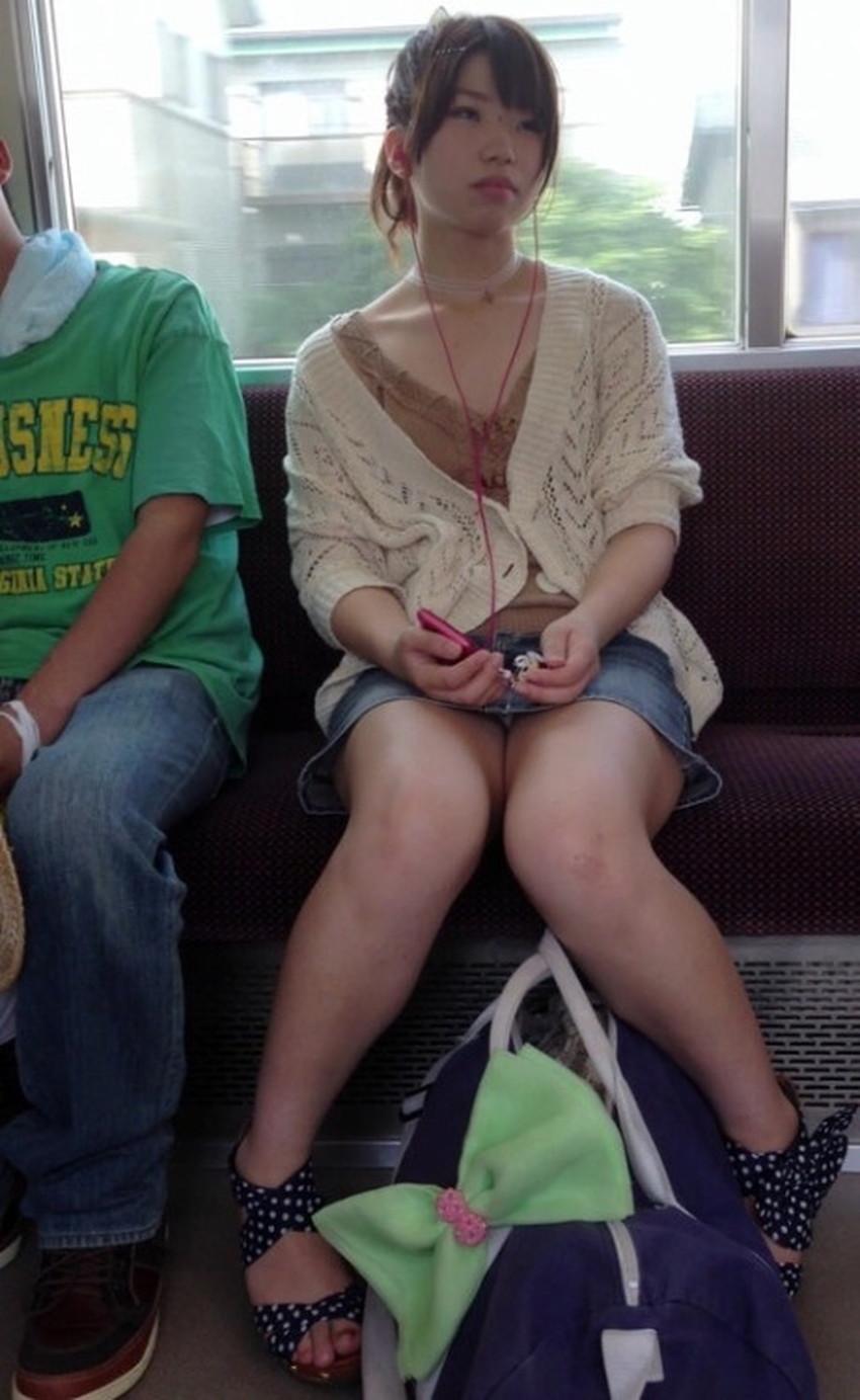 【電車内パンチラエロ画像】辛い満員電車の中のオアシス電車内パンチラ!スーツOLや制服JKのデルタゾーンからパンティー見えてる電車内パンチラのエロ画像集!【80枚】 74