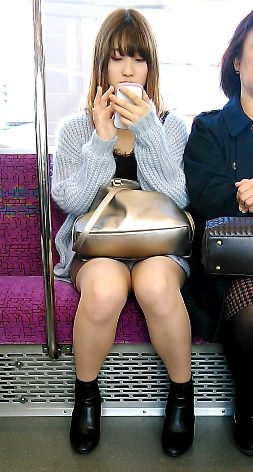 【電車内パンチラエロ画像】辛い満員電車の中のオアシス電車内パンチラ!スーツOLや制服JKのデルタゾーンからパンティー見えてる電車内パンチラのエロ画像集!【80枚】 77
