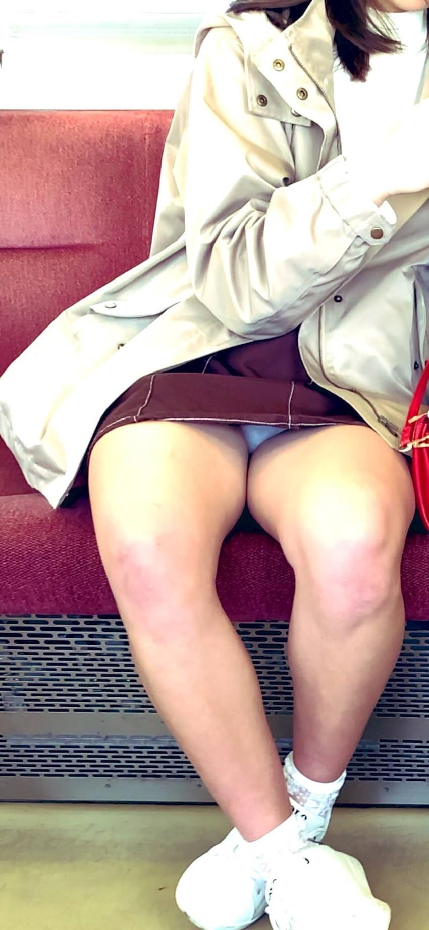 【電車内パンチラエロ画像】辛い満員電車の中のオアシス電車内パンチラ!スーツOLや制服JKのデルタゾーンからパンティー見えてる電車内パンチラのエロ画像集!【80枚】 79