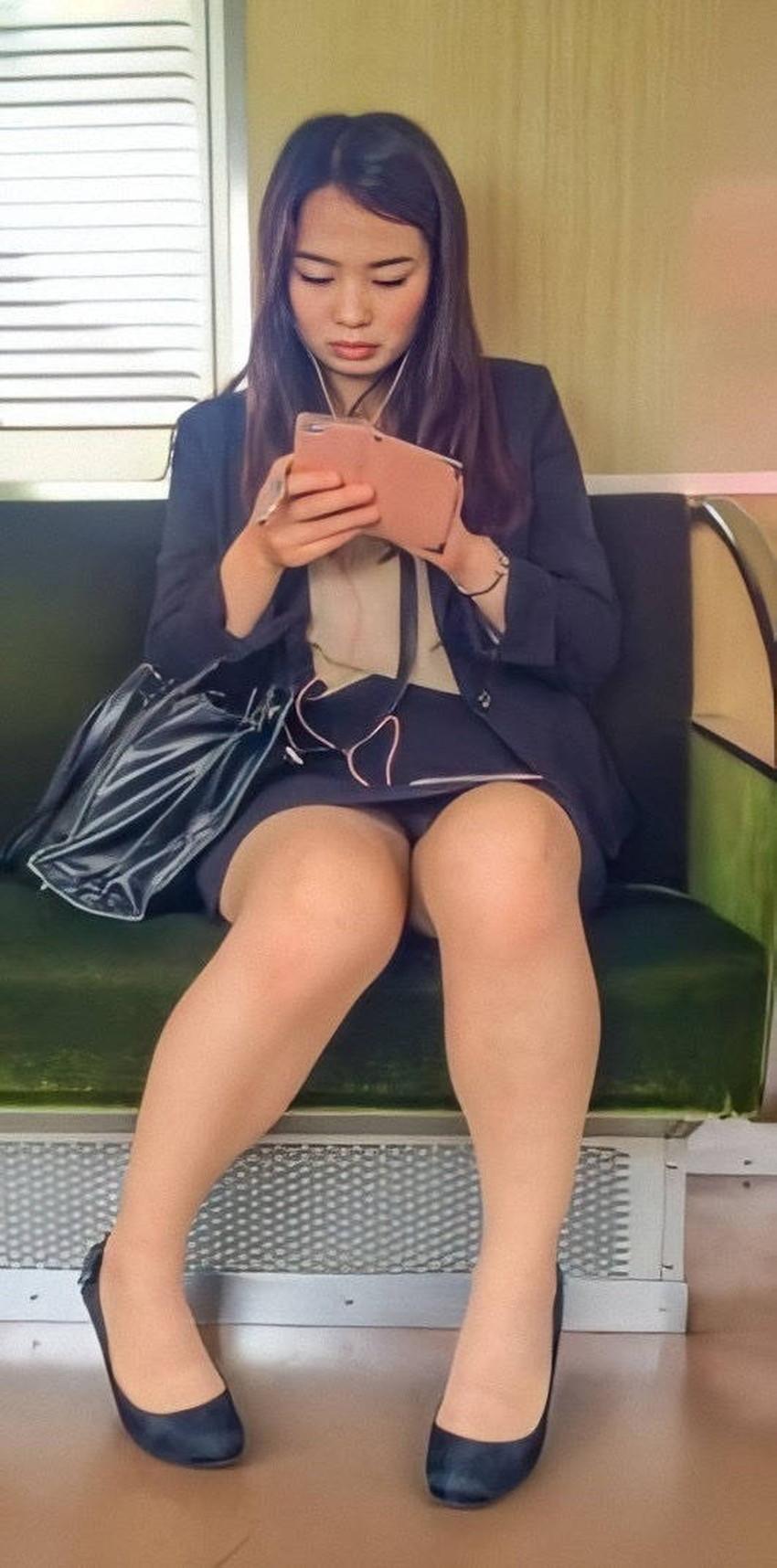 【電車内パンチラエロ画像】辛い満員電車の中のオアシス電車内パンチラ!スーツOLや制服JKのデルタゾーンからパンティー見えてる電車内パンチラのエロ画像集!【80枚】 80