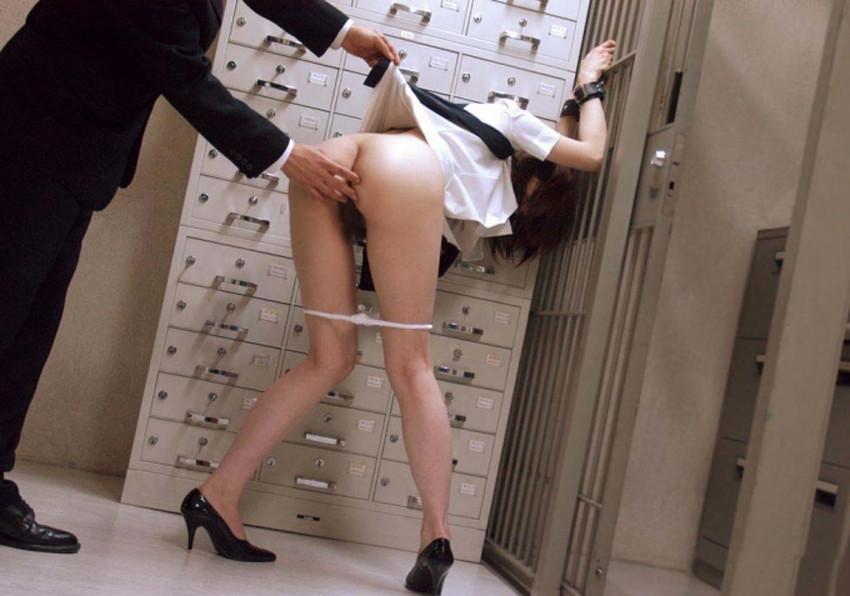 【銀行員制服エロ画像】綺麗な銀行員のお姉さんがパンチラや胸チラしてるともっと預金したくなる銀行員制服のエロ画像集!w【80枚】 07