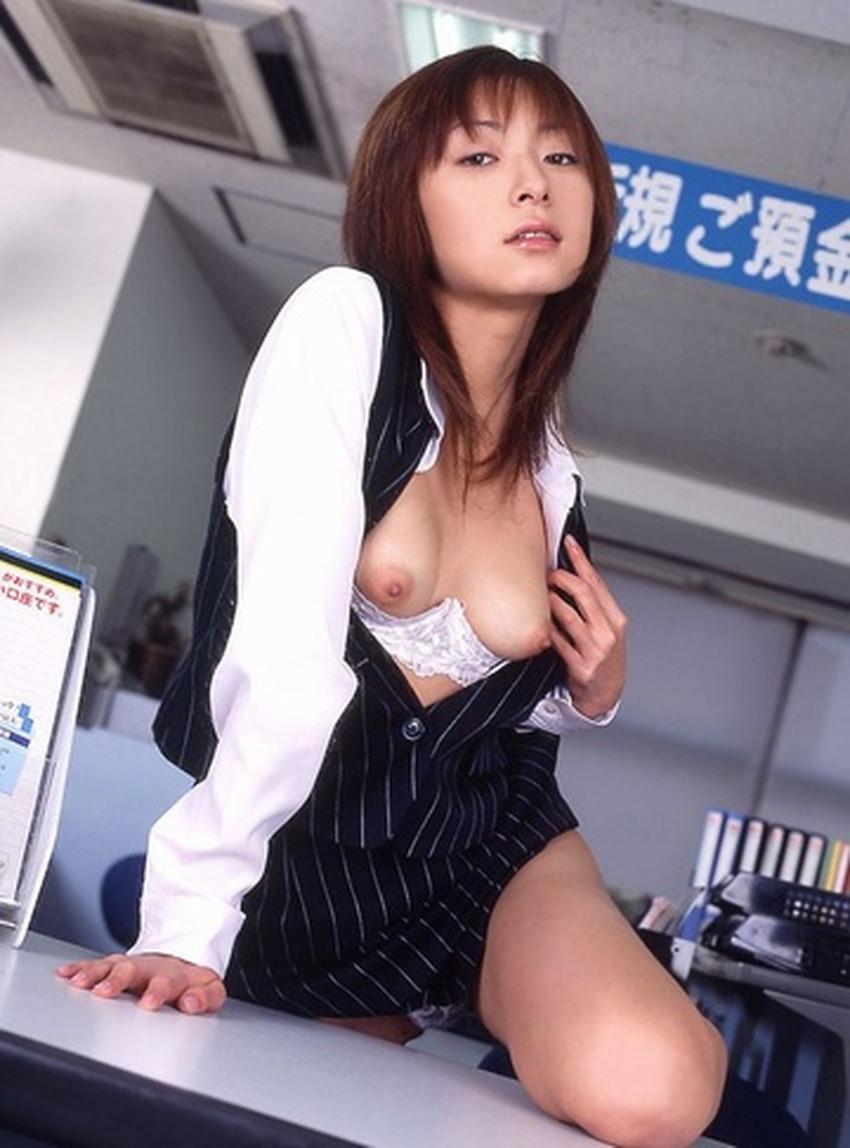 【銀行員制服エロ画像】綺麗な銀行員のお姉さんがパンチラや胸チラしてるともっと預金したくなる銀行員制服のエロ画像集!w【80枚】 18