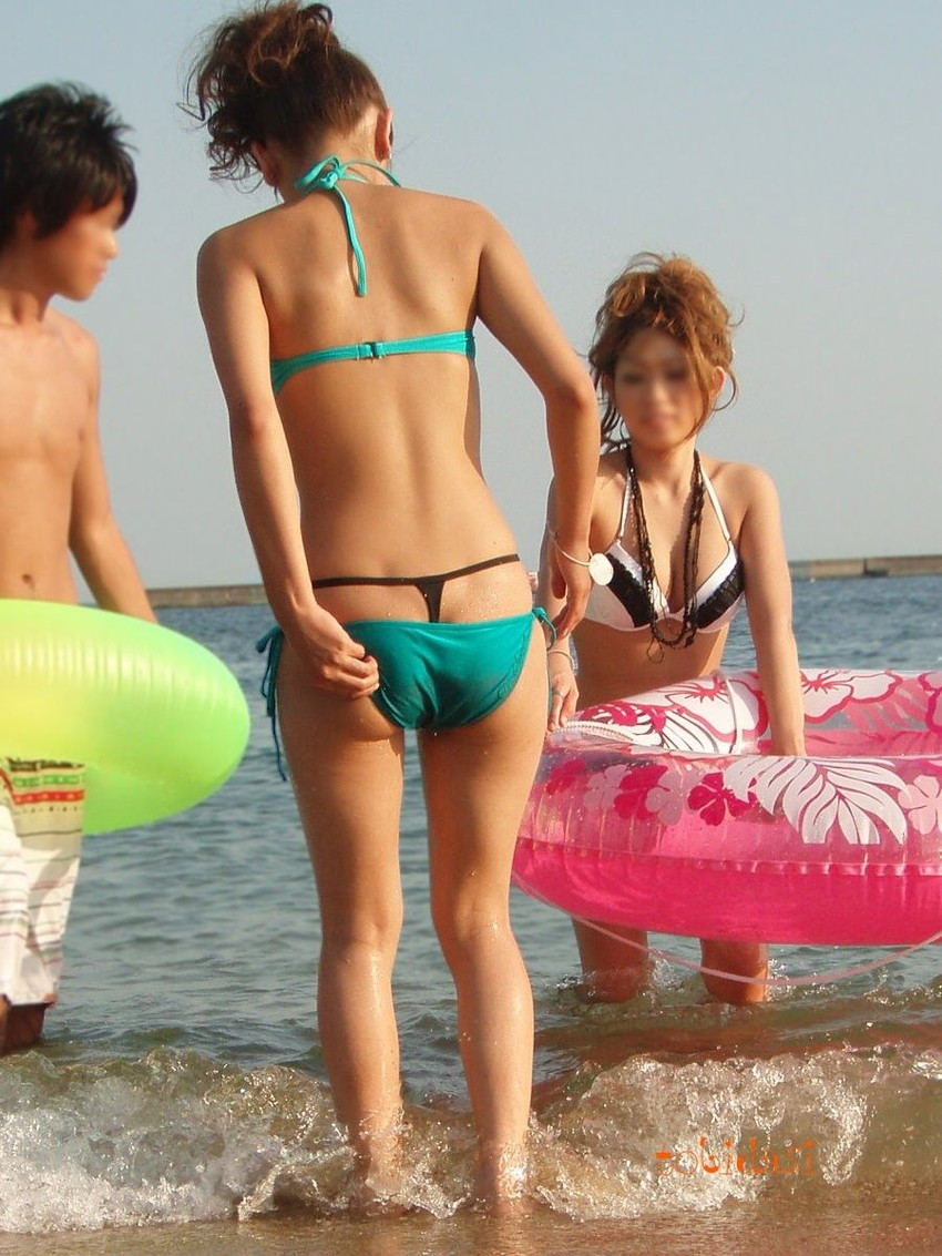 【レイヤード水着エロ画像】重ね着ビキニのアンダーショーツで履いてる激エロTバックがチラっと見えてるレイヤード水着のエロ画像集!w【80枚】 56