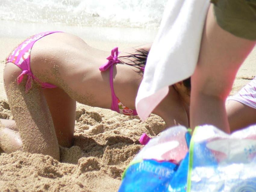 【砂まみれ水着エロ画像】ビーチで遊ぶビキニギャルたちの砂まみれの美尻やおっぱいの谷間が卑猥に見える砂まみれ水着のエロ画像集!ww【80枚】 11