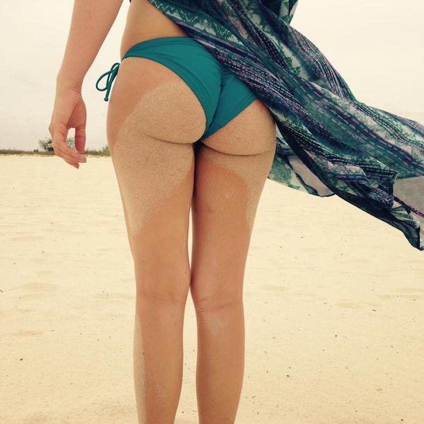 【砂まみれ水着エロ画像】ビーチで遊ぶビキニギャルたちの砂まみれの美尻やおっぱいの谷間が卑猥に見える砂まみれ水着のエロ画像集!ww【80枚】 33