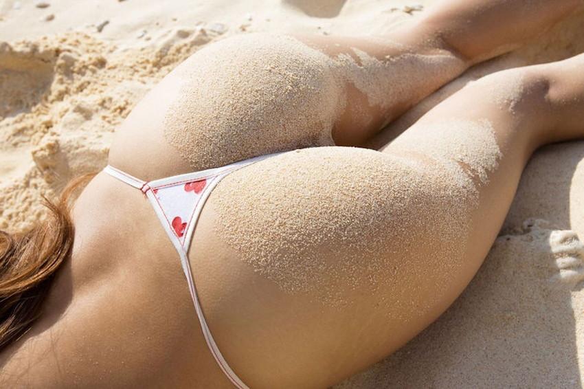 【砂まみれ水着エロ画像】ビーチで遊ぶビキニギャルたちの砂まみれの美尻やおっぱいの谷間が卑猥に見える砂まみれ水着のエロ画像集!ww【80枚】 35