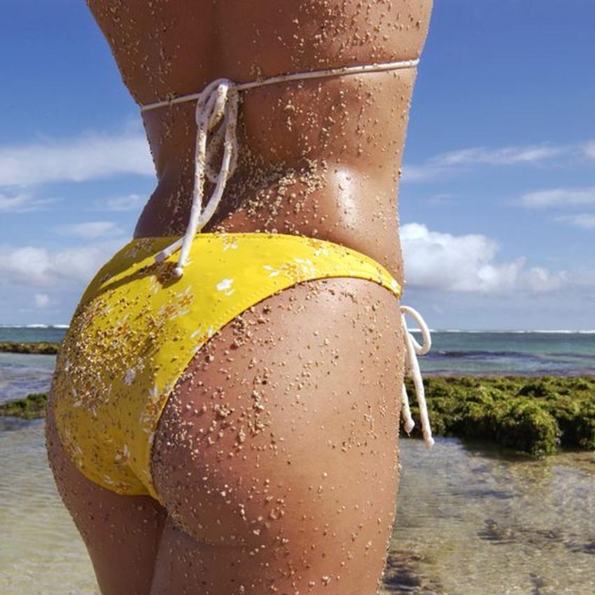 【砂まみれ水着エロ画像】ビーチで遊ぶビキニギャルたちの砂まみれの美尻やおっぱいの谷間が卑猥に見える砂まみれ水着のエロ画像集!ww【80枚】 37