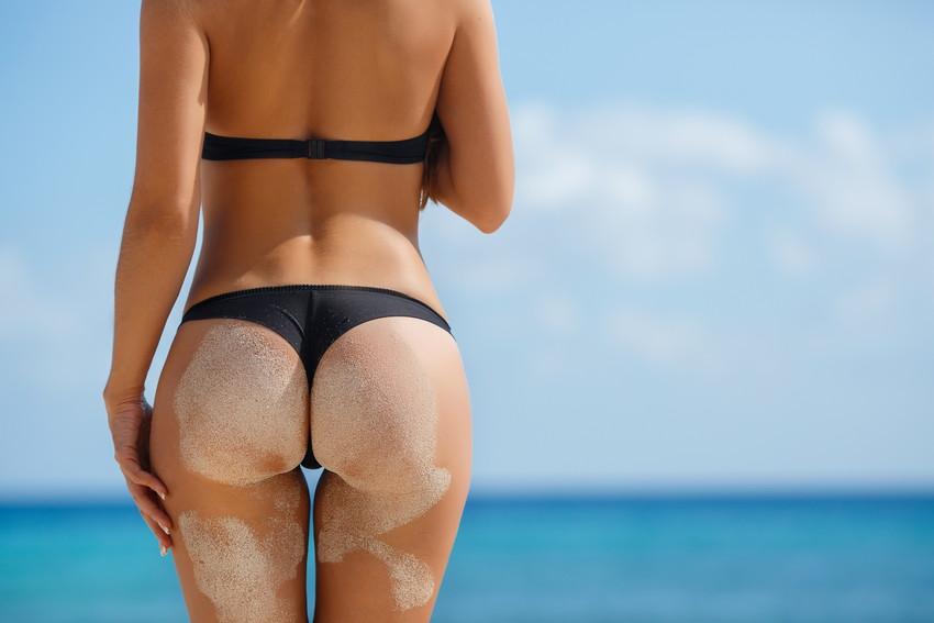 【砂まみれ水着エロ画像】ビーチで遊ぶビキニギャルたちの砂まみれの美尻やおっぱいの谷間が卑猥に見える砂まみれ水着のエロ画像集!ww【80枚】 57