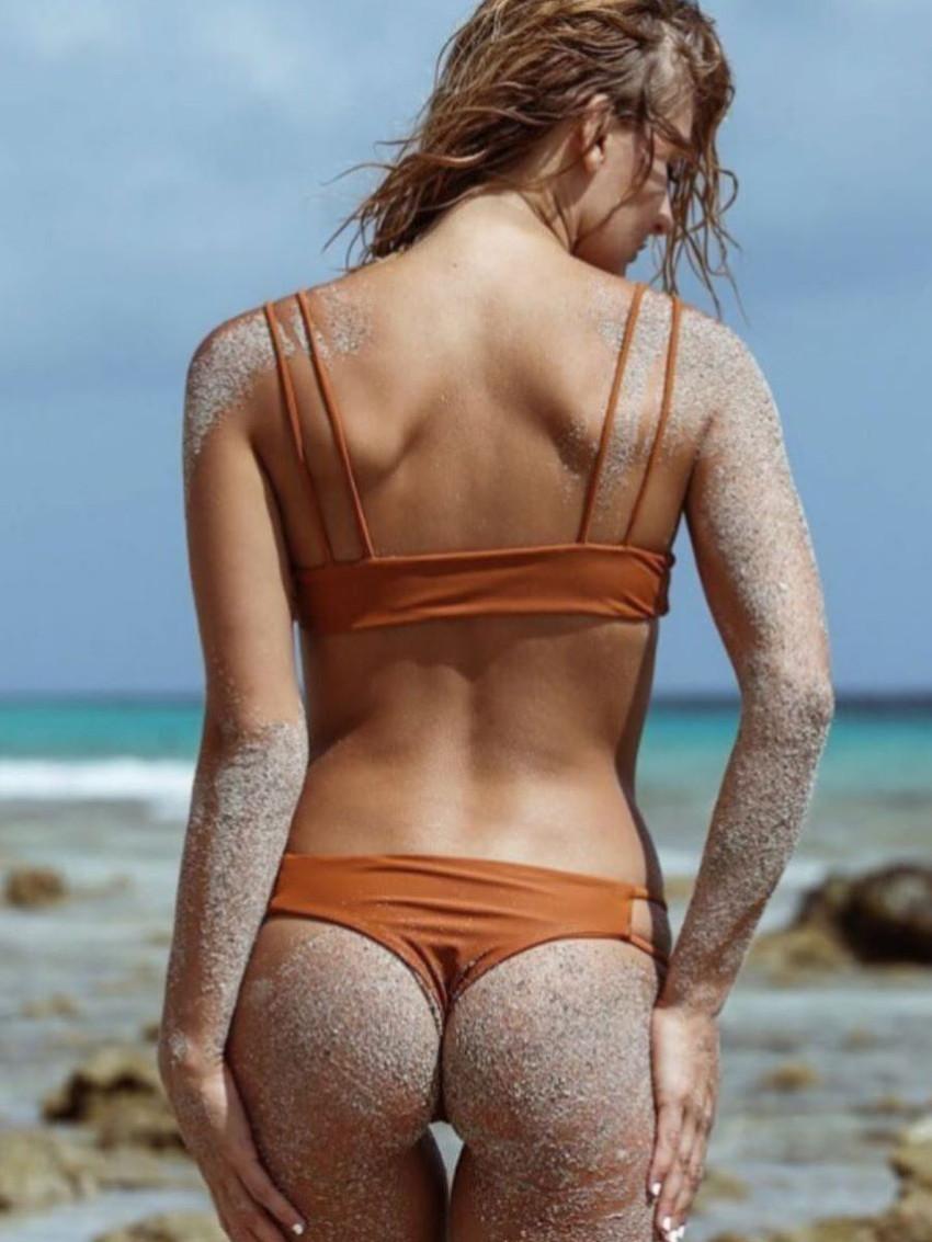 【砂まみれ水着エロ画像】ビーチで遊ぶビキニギャルたちの砂まみれの美尻やおっぱいの谷間が卑猥に見える砂まみれ水着のエロ画像集!ww【80枚】 66