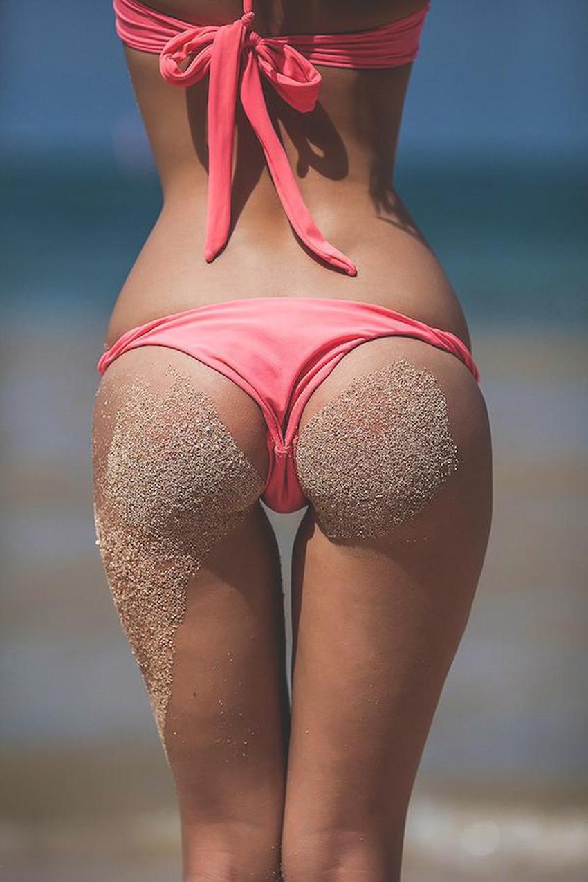 【砂まみれ水着エロ画像】ビーチで遊ぶビキニギャルたちの砂まみれの美尻やおっぱいの谷間が卑猥に見える砂まみれ水着のエロ画像集!ww【80枚】 73