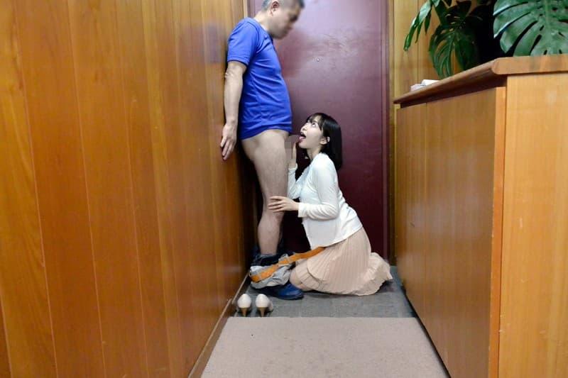 【玄関エロ画像】玄関で巨乳な人妻に不倫挿入したり他人棒をフェラさせちゃってる玄関エロ画像集!ww【80枚】 54