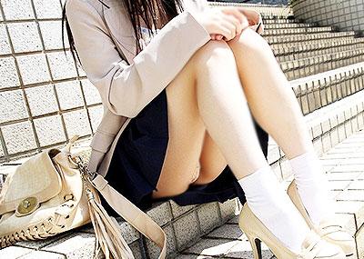 【体育座りエロ画像】膝を抱えて体育座りした美少女の制服やスカートからパンチラしたりマンチラ!?しちゃってる体育座りのエロ画像集ww【80枚】