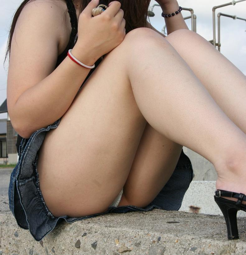 【体育座りエロ画像】膝を抱えて体育座りした美少女の制服やスカートからパンチラしたりマンチラ!?しちゃってる体育座りのエロ画像集ww【80枚】 12