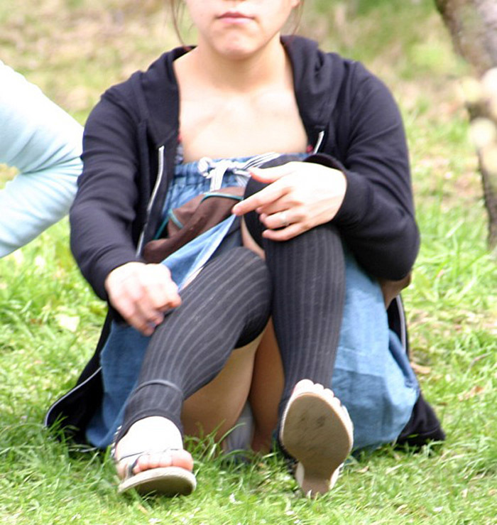 【体育座りエロ画像】膝を抱えて体育座りした美少女の制服やスカートからパンチラしたりマンチラ!?しちゃってる体育座りのエロ画像集ww【80枚】 74