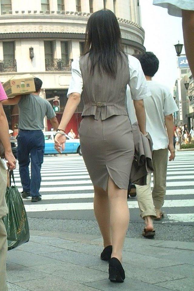 【タイトスカートエロ画像】OLや女教師、人妻たちのむっちりデカ尻を包み込み、パンティーラインが見え隠れするタイトスカートのエロ画像集!!【80枚】 18