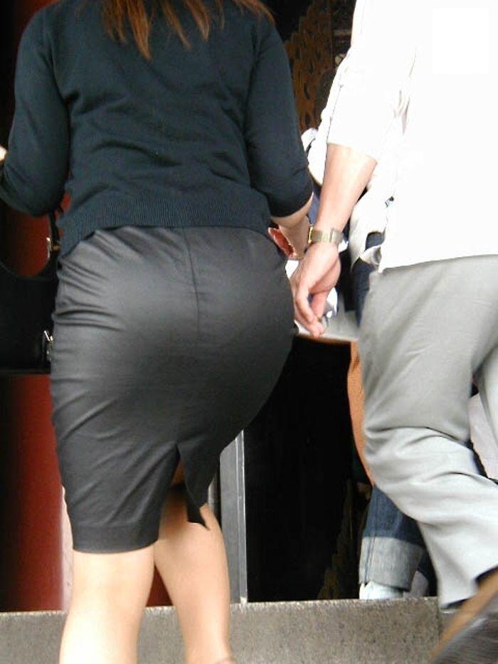 【タイトスカートエロ画像】OLや女教師、人妻たちのむっちりデカ尻を包み込み、パンティーラインが見え隠れするタイトスカートのエロ画像集!!【80枚】 58