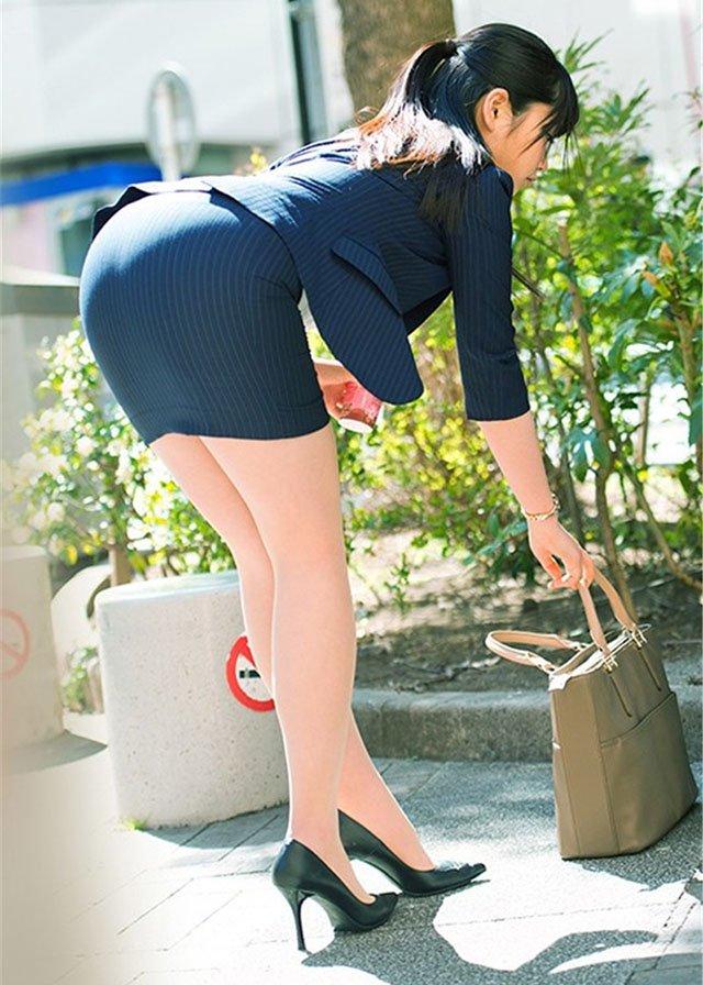 【タイトスカートエロ画像】OLや女教師、人妻たちのむっちりデカ尻を包み込み、パンティーラインが見え隠れするタイトスカートのエロ画像集!!【80枚】 66
