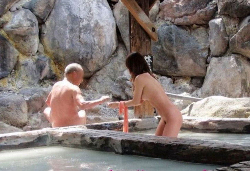 【混浴エロ画像】混浴温泉で露出狂プレイして知らない入浴客と乱交しちゃってる混浴エロ画像集w【80枚】 42