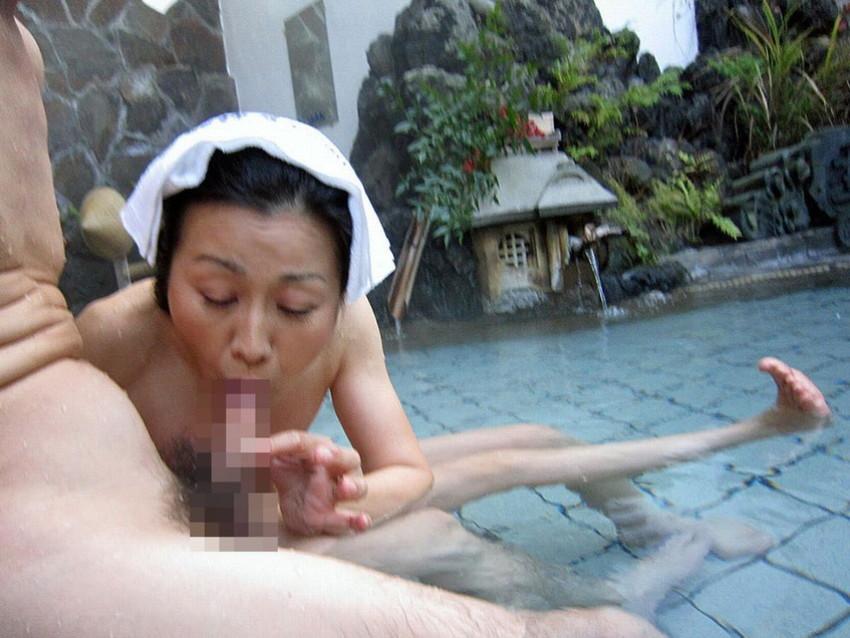 【混浴エロ画像】混浴温泉で露出狂プレイして知らない入浴客と乱交しちゃってる混浴エロ画像集w【80枚】 52