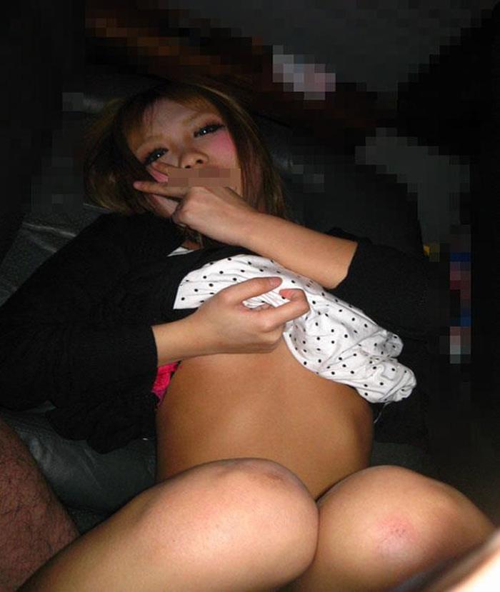【大学生エロ画像】JD達大人と少女の間の美乳を露出したり宅飲みして泥酔状態で男子たちにハメ撮りで寝取られてる大学生のエロ画像集ww【80枚】 46