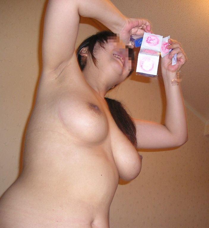 【コンドーム装着エロ画像】フェラやお手々で優しく勃起ちんこにコンドームを装着してくれて気持ちが盛り上がりまくるコンドーム装着のエロ画像集!ww【80枚】 11