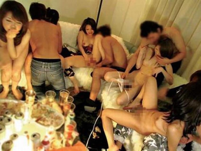 【乱交パーティーエロ画像】クラブや宅飲みで初対面の巨乳ギャル達を寝取ってヒャッハー状態で乱交する乱交パーティーエロ画像集ww【80枚】 76
