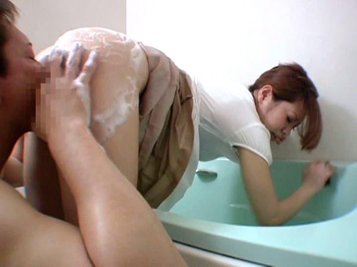 【風呂掃除エロ画像】爆乳人妻や熟女がパツパツのショーパンや濡れ透けTシャツで風呂掃除をして胸チラ尻チラしちゃってる風呂掃除のエロ画像集ww【80枚】 12