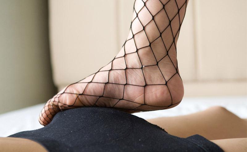 【足コキエロ画像】ビッチギャルに足コキさせて勃起ちんこ越しに見えるおまんこを視姦しつつセンズリを堪能する足コキエロ画像集!ww【80枚】 16