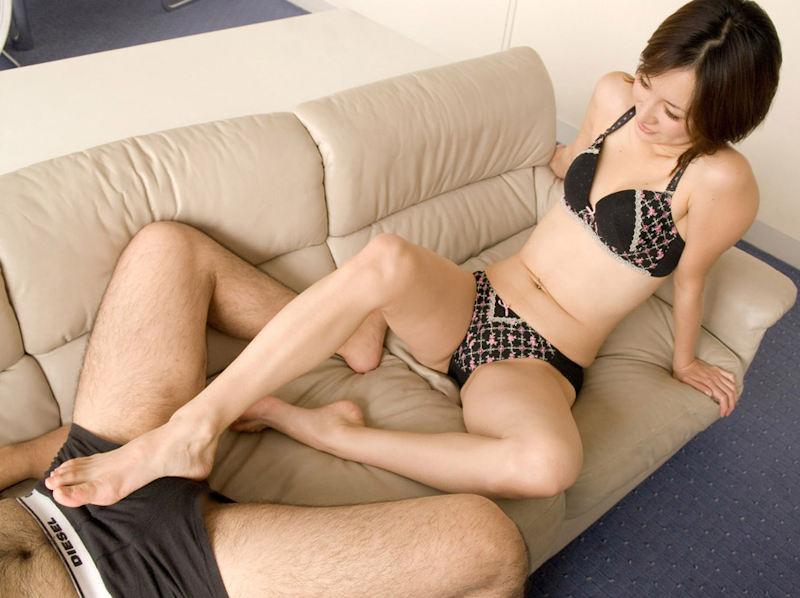 【足コキエロ画像】ビッチギャルに足コキさせて勃起ちんこ越しに見えるおまんこを視姦しつつセンズリを堪能する足コキエロ画像集!ww【80枚】 70