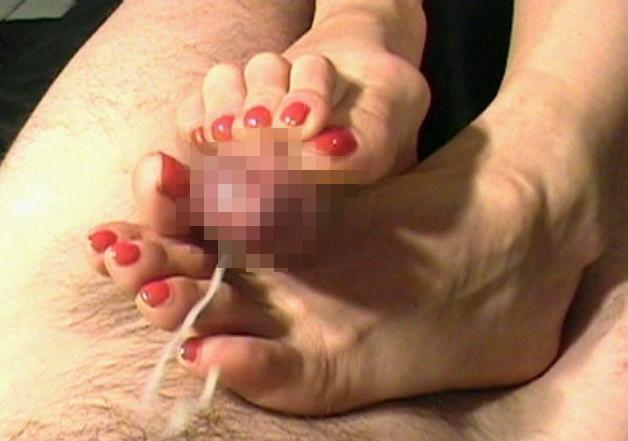 【足コキエロ画像】ビッチギャルに足コキさせて勃起ちんこ越しに見えるおまんこを視姦しつつセンズリを堪能する足コキエロ画像集!ww【80枚】 78