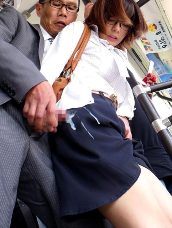 【痴漢エロ画像】電車やバス、図書館などでJKやOL、人妻たちの尻を触って手マン痴漢!さらにイラマチオして輪姦しちゃった痴漢エロ画像集ww【80枚】 27