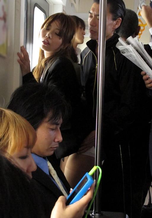 【痴漢エロ画像】電車やバス、図書館などでJKやOL、人妻たちの尻を触って手マン痴漢!さらにイラマチオして輪姦しちゃった痴漢エロ画像集ww【80枚】 39
