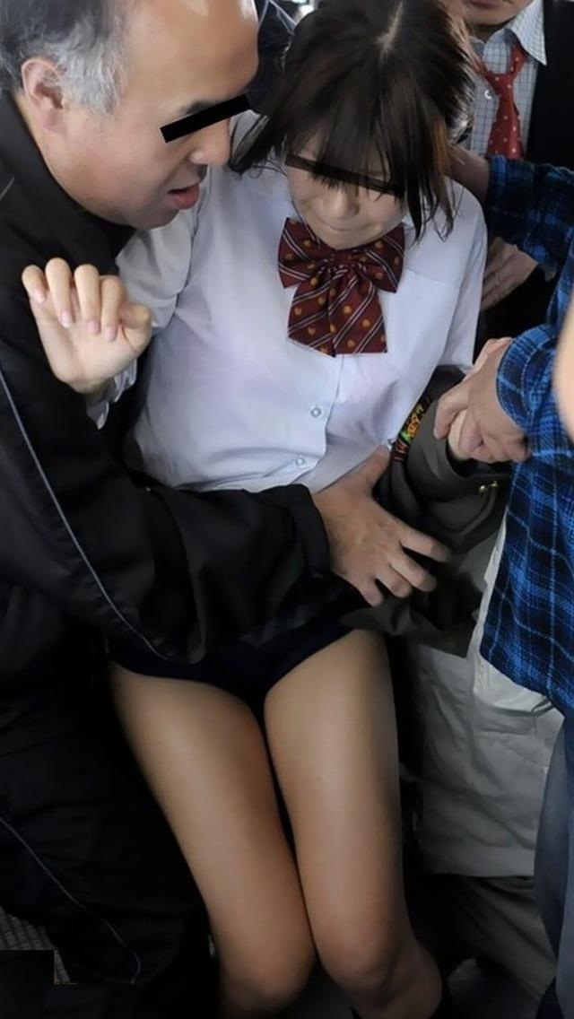 【痴漢エロ画像】電車やバス、図書館などでJKやOL、人妻たちの尻を触って手マン痴漢!さらにイラマチオして輪姦しちゃった痴漢エロ画像集ww【80枚】 74