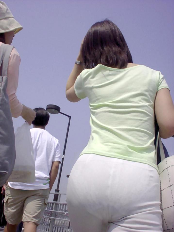 【ピタパンエロ画像】ピタパンをデカ尻に食い込ませてたりピタピタでパンティーラインや模様が丸見え状態の素人娘を盗撮しちゃったピタパンエロ画像集ww【80枚】 16