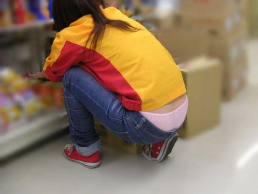 【ハミパンエロ画像】素人ギャルやアパレル店員のしゃがんでハミ出るTバックやショーパンから見えるパンチラを盗撮しちゃったハミパンエロ画像集!!【80枚】 12