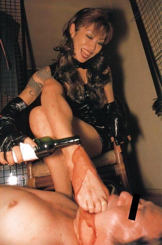 【足舐めエロ画像】ドSな痴女にM男が足を舐めさせられたりドMでご奉仕好きなビッチにフェラついでに足舐めさせてる足舐めエロ画像集ww【80枚】 04