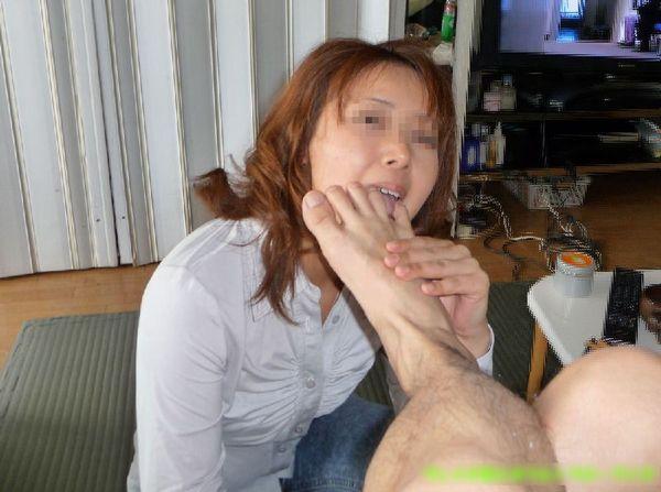 【足舐めエロ画像】ドSな痴女にM男が足を舐めさせられたりドMでご奉仕好きなビッチにフェラついでに足舐めさせてる足舐めエロ画像集ww【80枚】 10
