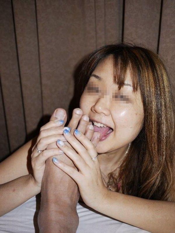 【足舐めエロ画像】ドSな痴女にM男が足を舐めさせられたりドMでご奉仕好きなビッチにフェラついでに足舐めさせてる足舐めエロ画像集ww【80枚】 39
